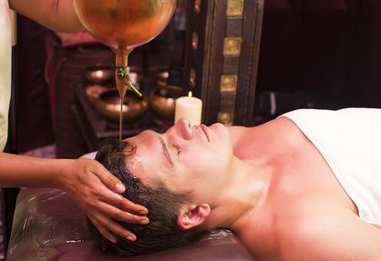 Mann bekommt eine Lingam Massage